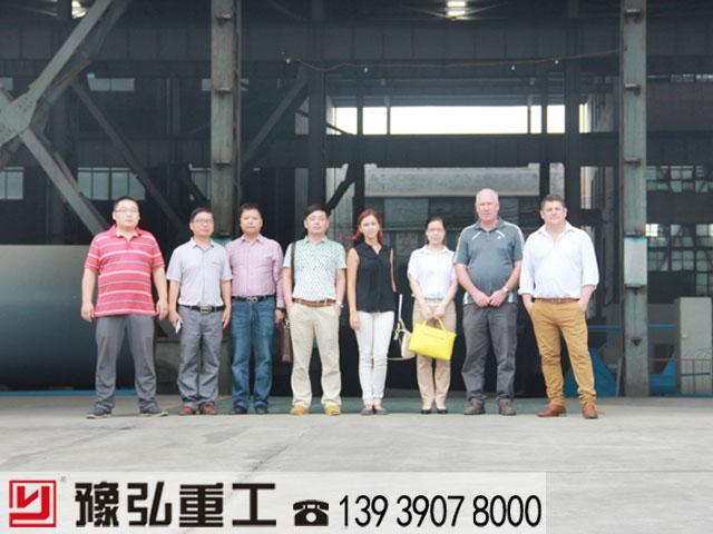 国外客户考察焙烧窑设备厂区现场图